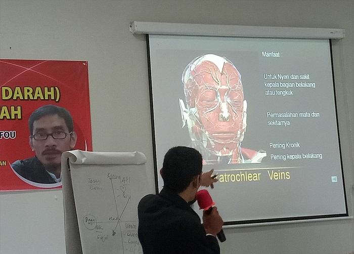 Suhu Fou, Master Fashdu, menjelaskan tentang titik Fashdu di urat dahi kepala. (foto: mfaridwm/palontaraq)