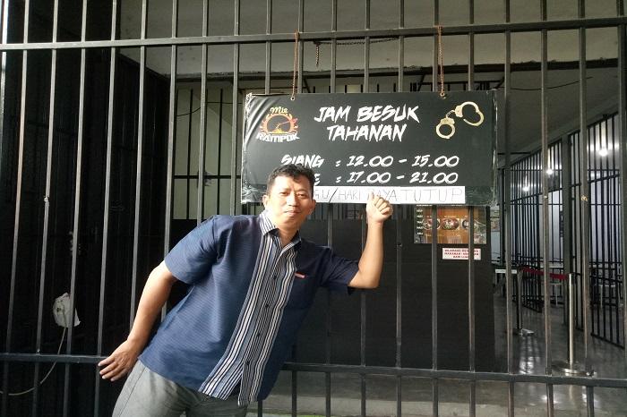 Jam besuk tahanan yang berati jam buka Mie Rampok Makassar. (foto: ist/palontaraq)