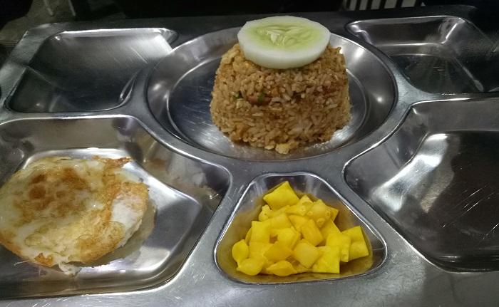 Piring makanan pun dibuat ala nampang tahanan di penjara. (foto: mfaridwm/palontaraq)
