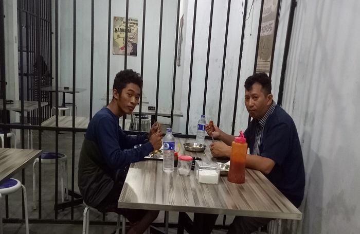 'Tahanan' yang kelaparan di Mie Rampok Makassar. (foto: ist/palontaraq)