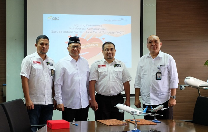 Penandatanganan kerjasama kolaborasi kemanusiaan antara ACT dan Garuda Indonesia. (foto: dok.ACT)