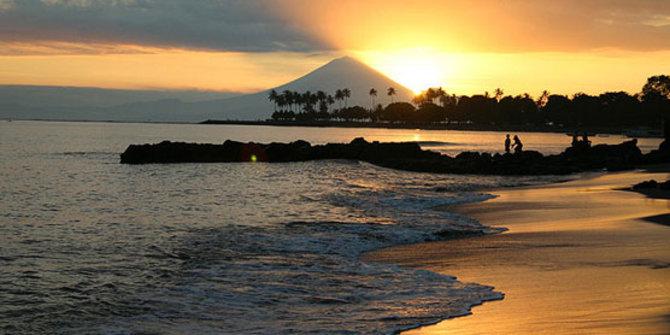 berburu-senja-romantis-di-pantai-senggigi-lombok