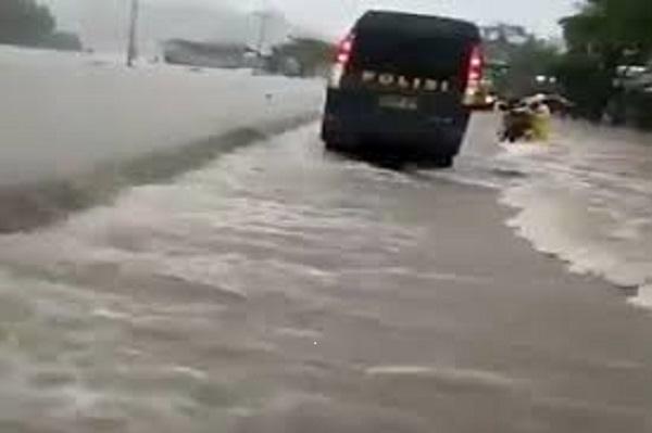 Luapan air banjir di jalan poros Kabupaten Barru. (foto: ist/palontaraq)
