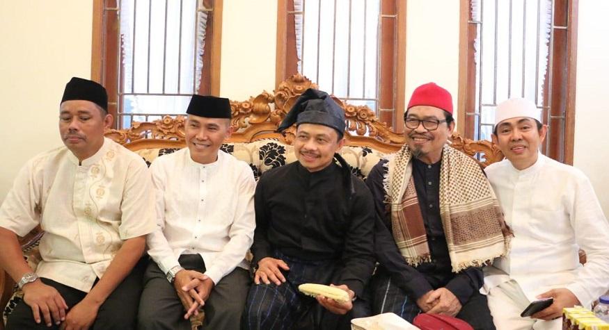 Shamsi Ali, dalam pakaian adat kajang (tengah). (foto: dok.pribadi: shamsi ali)