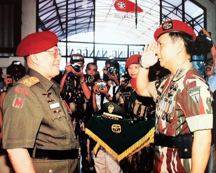 Jenderal besar AH Nasution menerima hormat dari Prabowo. (foto: ist/palontaraq)