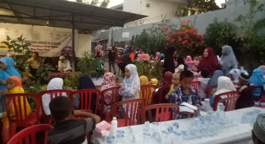 Buka Puasa dengan Anak-anak Jalanan Makassar di Kerung-kerung. (foto: mfaridwm/palontaraq)
