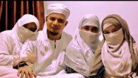 KH Arifin Ilham (alm) saat bersama ketiga istrinya. (foto: ist/palontaraq)