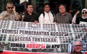 TPPR menggelar aksi di depan gedung KPK