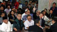 Tim hukum Prabowo-Sandi saat mendaftarkan gugatan sengketa pemilu 2019 ke Mahkamah Konstitusi. (foto: ist/palontaraq)
