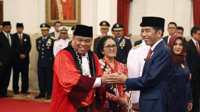Foto Arief Hidayat saat dilantik Ketua MK oleh Presiden Jokowi. (foto: ist/palontaraq)