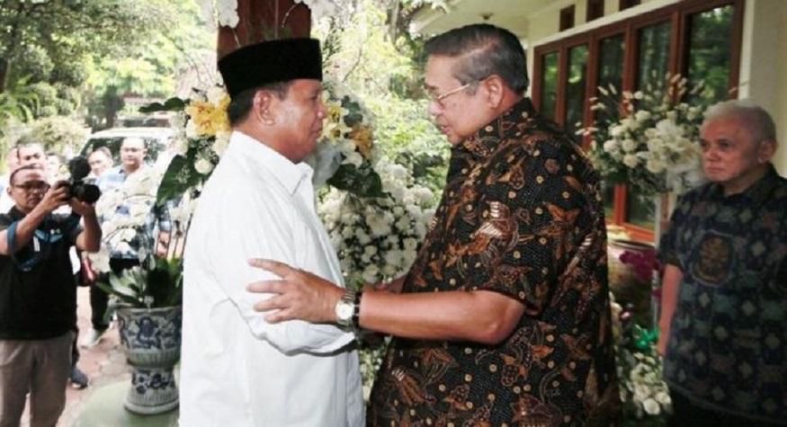 Prabowo Subianto melayat ke rumah duka SBY atas kepulangan Ibu Ani Yudhoyono. (foto: ist/palontaraq)
