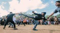Tradisi Posepaa, saling menendang usai Pelaksanaan Shalat Idul Fitri. (foto: ist/palontaraq)