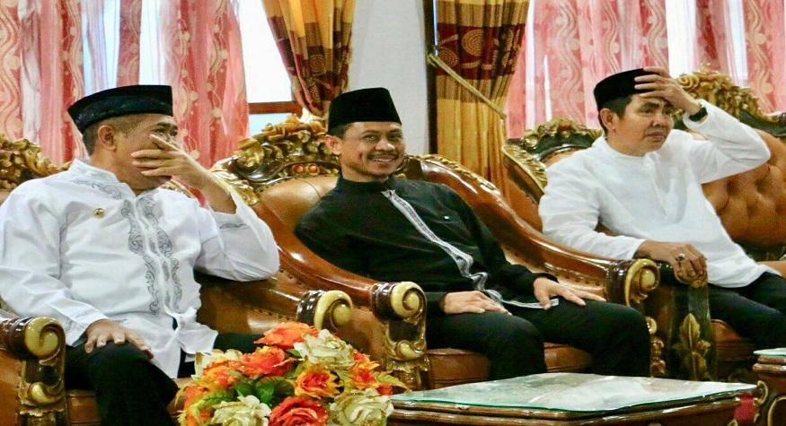 Imam Shamsi Ali (tengah), (Foto: Dijamu buka puasa oleh Bupati Bulukumba dan Ketua Kerukunan Keluarga Bulukumba pusat Makassar atau KKB).