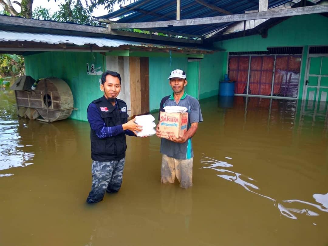 Tim Relawan ACT turun memberi bantuan warga terdampak banjir. (foto: actsulsel)