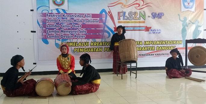 Salah satu penyaji kreatifitas musik tradisional. (foto: ist/palontaraq)