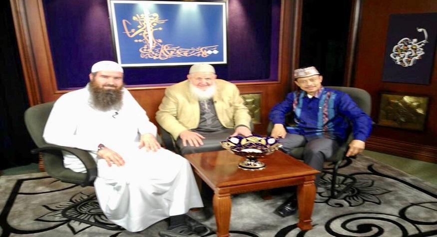 Foto: Bersama dua dai international, keduanya Muallaf lama (mask Islam di tahun 80-an. Satunya dari Amerika, Syeikh Yusuf Estes, pendiri GuideUS TV (tv Islam pertama di Amerika) dan satu lagi orang Inggris. Bersama dalam acara GuideUS tv. Doakan keduanya dan orang ketiga yang mendampingi mereka.