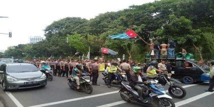 "Pengibaran bendera ""Bintang Kejora"" OPM di depan istana negara. (foto: ist/palontaraq)"