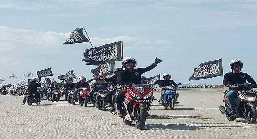 Membawa bendera ar-Rayah, wujud kecintaan terhadap kalimat tauhid. (foto: ist/palontaraq)