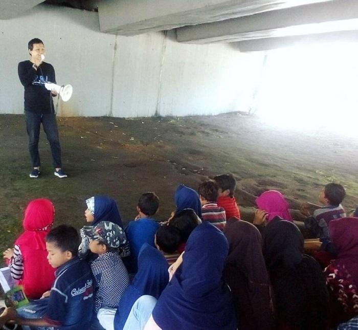 Salah satu kegiatan KPAJ, membina Anak-anak Jalanan di Lokasi dibawah jembatan Flyover Pettarani. (foto: ist/KPAJ Makassar)