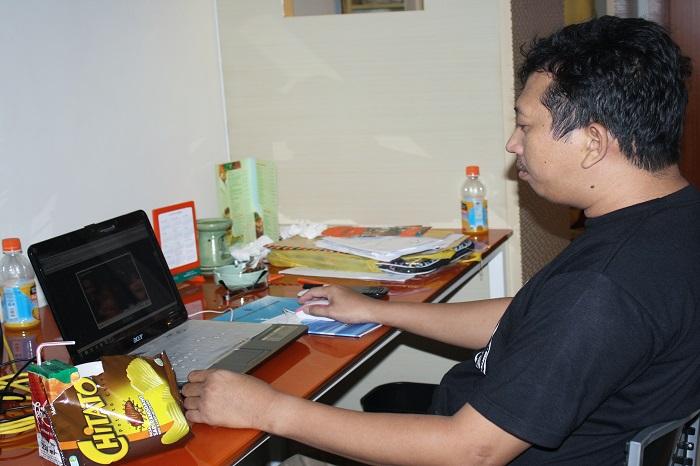 Dikejar deadline, di depan laptop adalah hal yang biasa bagi wartawan. (foto: ist/palontaraq)