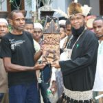 Ustadz Fadzlan Garamatan ditengah Masyarakat Muslim Papua. (foto: ist/palontaraq)