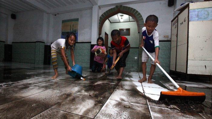 Membersihkan lantai masjid setelah terendam banjir. (foto: ist/palontaraq)