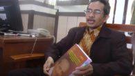Abdul Azis dan karya disertasinya. (foto: ist/palontaraq)