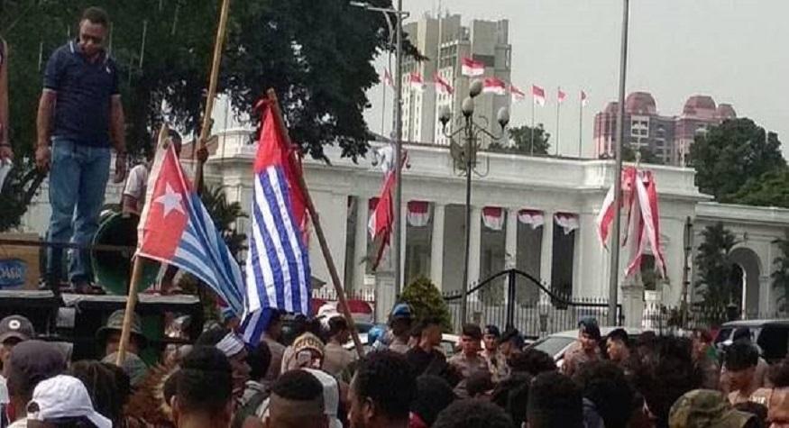 Aksi tuntutan Papua Merdeka dan Pengibaran Bendera Bintang Kejora di depan istana negara. (foto: ist/palontaraq)