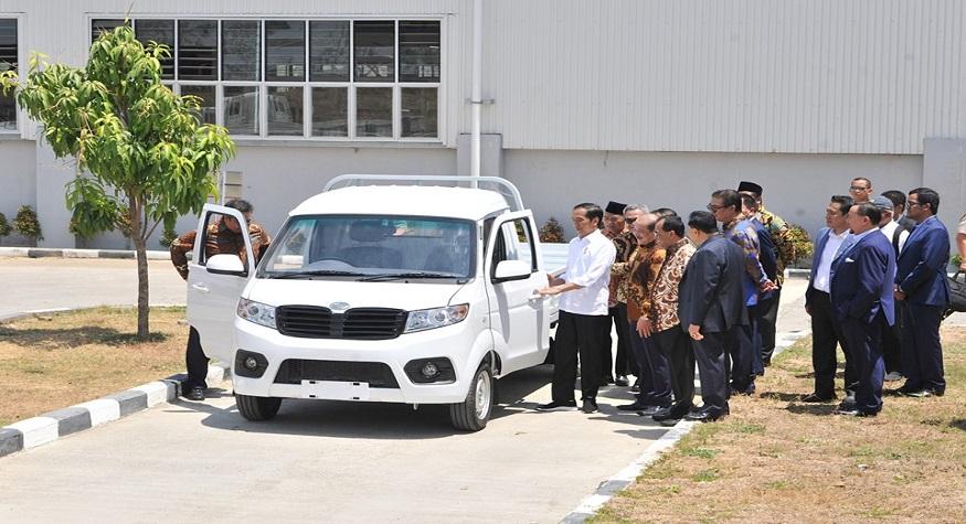 Presiden Jokowi meresmikan pabrik mobil 'Esemka' (foto: ist/palontaraq)