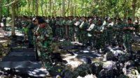 Para prajurit TNI yang tengah shalat dalam hutan. (foto: ist/palontaraq)