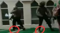 Polisi biadab! Polisi mengejar para mahasiswa demonstran masuk masjid tanpa membuka sepatunya. (foto: ist/palontaraq)