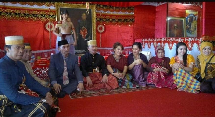 Penulis paling kiri, bersama Datu Luwu A. Maradang Mackulau. (foto: ist/palontaraq)