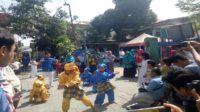"Pertunjukan anak-anak Lorong Rappocini dalam ""Tari Gandrang Bulo"" saat menyambut peserta Tour KBA Astra. (foto: ist/palontaraq)"