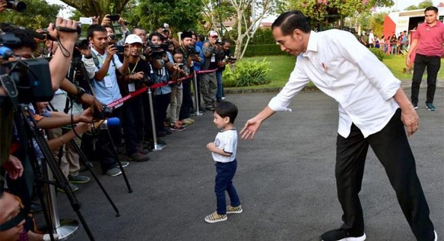 Jokowi bersama cucunya, Jan Ethes. (foto: ist/palontaraq)