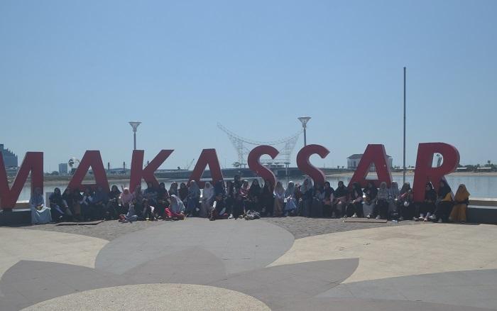 """Tulisan """"Makassar"""" di Anjungan Pantai Losari, Kota Makassar. (foto: mfaridwm/palontaraq)"""