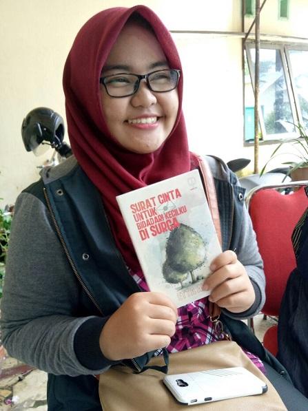 """Buku """"Surat Cinta untuk Bidadari Kecilku di Surga"""" di tangan pembaca. (foto: ist/palontaraq)"""