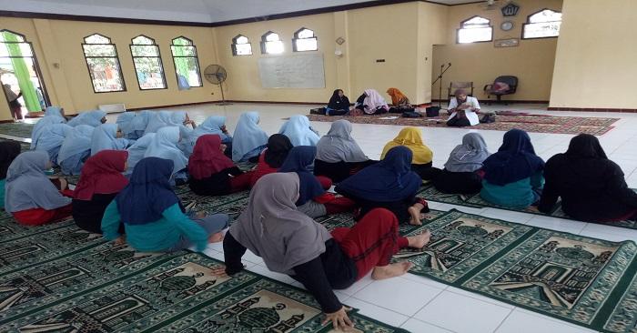Pembelajaran di masjid - Penyuluhan kesehatan remaja. (foto: mfaridwm/palontaraq)