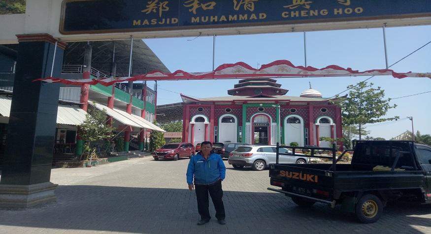 Penulis di depan gapura dan masjid Muhammad Cheng Hoo di Gowa. (foto: ist/palontaraq)