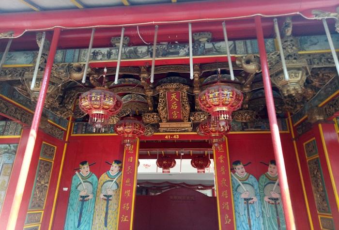 Pintu depan vihara menuju gapura utama dalam Vihara di lantai 1. (foto: mfaridwm/palontaraq)