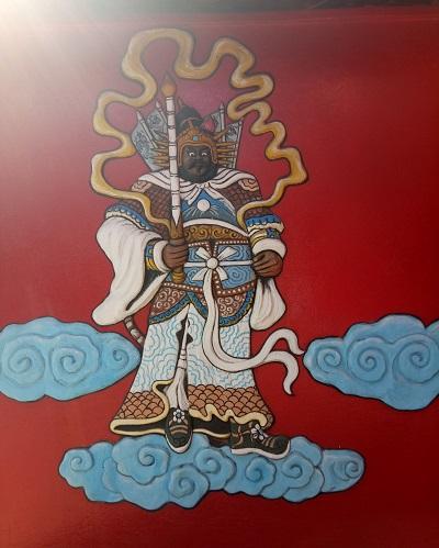 Jendela bagian depan vihara di lantai 1 bergambar dewa kepercayaan Tionghoa. (foto: mfaridwm/palontaraq)