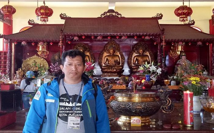 Penulis di Lantai 2 Vihara Ibu Agung Bahari. (foto: ist/palontaraq)