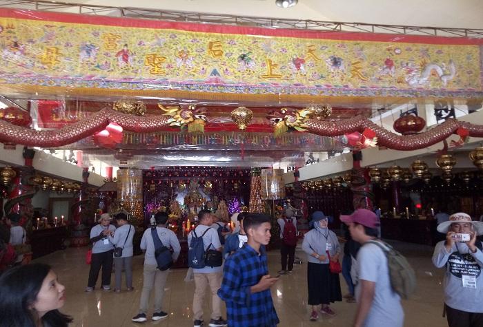 Ornamen budaya dan kepercayaan Tionghoa memenuhi keseluruhan isi ruangan di tiap tingkat Vihara Ibu Agung Bahari. (foto: mfaridwm/palontaraq)