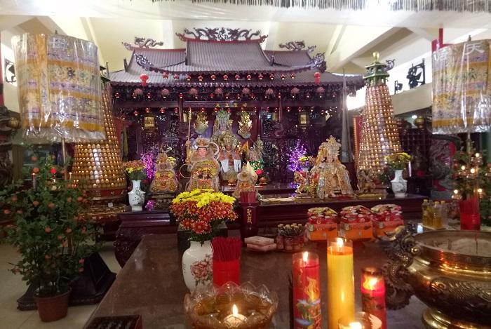 Peralatan, ornamen dan pernak-pernik peribadatan Orang Tionghoa di Lantai 3. (foto: mfaridwm/palontaraq)