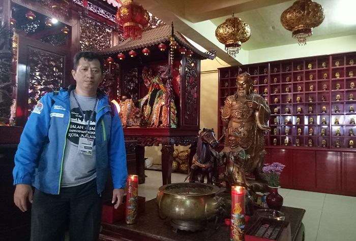 Penulis di Lantai 3 Vihara Ibu Agung Bahari dengan latar belakang ornamen dan patung dewa dalam kepercayaan Orang Tionghoa. (foto: ist/palontaraq)