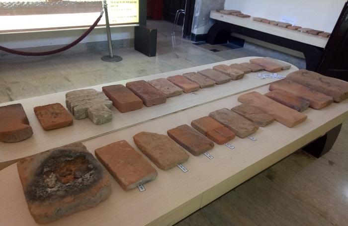 Koleksi Museum: Bata dalam berbagai ukuran yang dipakai dalam Membangun Benteng-benteng Makassar. (foto: mfaridwm/palontaraq)