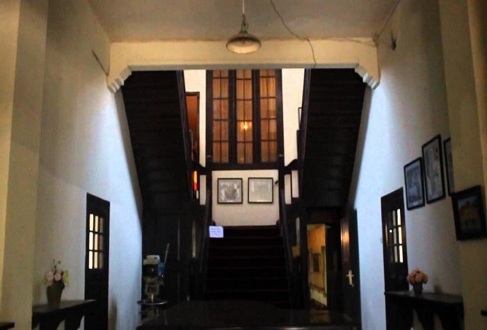 Bagian dalam Museum, dibelakang Resepsionis, ada sekat dinding, meja rapat dan tangga menuju lantai dua. (foto: ist/palontaraq)