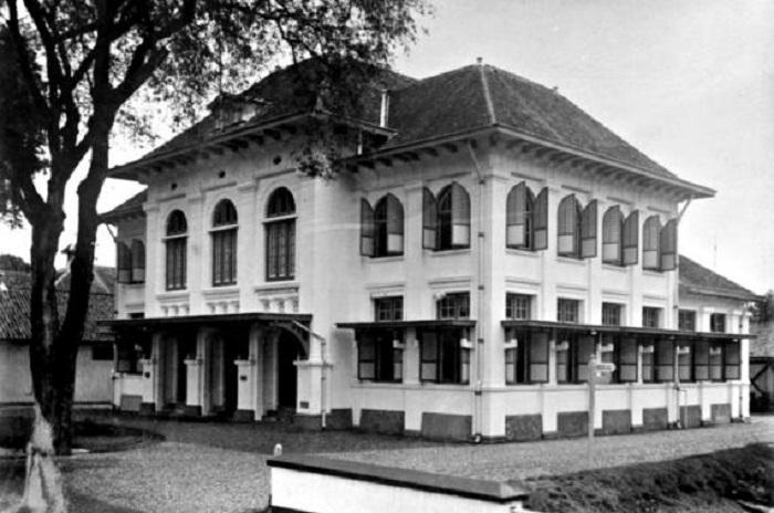 """Eks Kantor """"Major of Makassar"""". (Koleks:TROPENMUSEUM Het raadhuis te Makassar op Celebes)"""