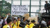 Demo mahasiswa di depan Gedung Senayan. (foto: ist/palontaraq)