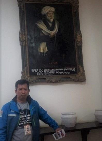 Penulis dengan latar belakang Potret/Lukisan Syaikh Yusuf al-Maqassari di Museum Kota Makassar. (foto: ist/palontaraq)