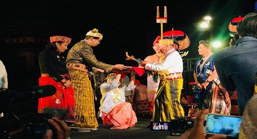 Dihadapan Opu Datu Luwu, La Maradang Mackulau. (foto: ist/dok.pribadi La Oddang Latenrisessu)